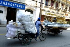 Cykler med alskens affald i Shanghai. Photo: Annette K. Nielsen