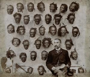 Horatio Robley omgivet af sin grumme samling af hoveder, 1895. Fra The Wellcome Collection.